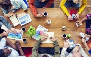 Συνάντηση επαγγελματιών όπου χρειάζονται σωστές επαγγελματικές κάρτες