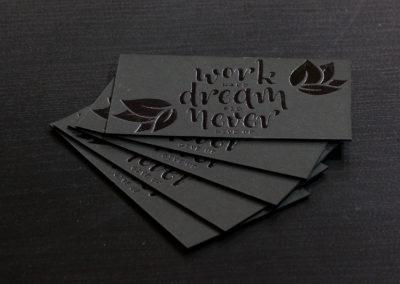 Δείγμα εκτύπωσης επαγγελματικής κάρτας σε ειδικό χαρτί με θερμοτυπία (μαύρο foil)