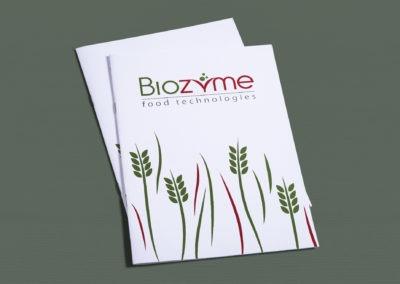 Πολυσέλιδο έντυπο με καρφίτσα.Eξώφυλλο χαρτί 300gr velvet με πλαστικοποίηση και  UV. Eσωτερικό 170gr velvet.