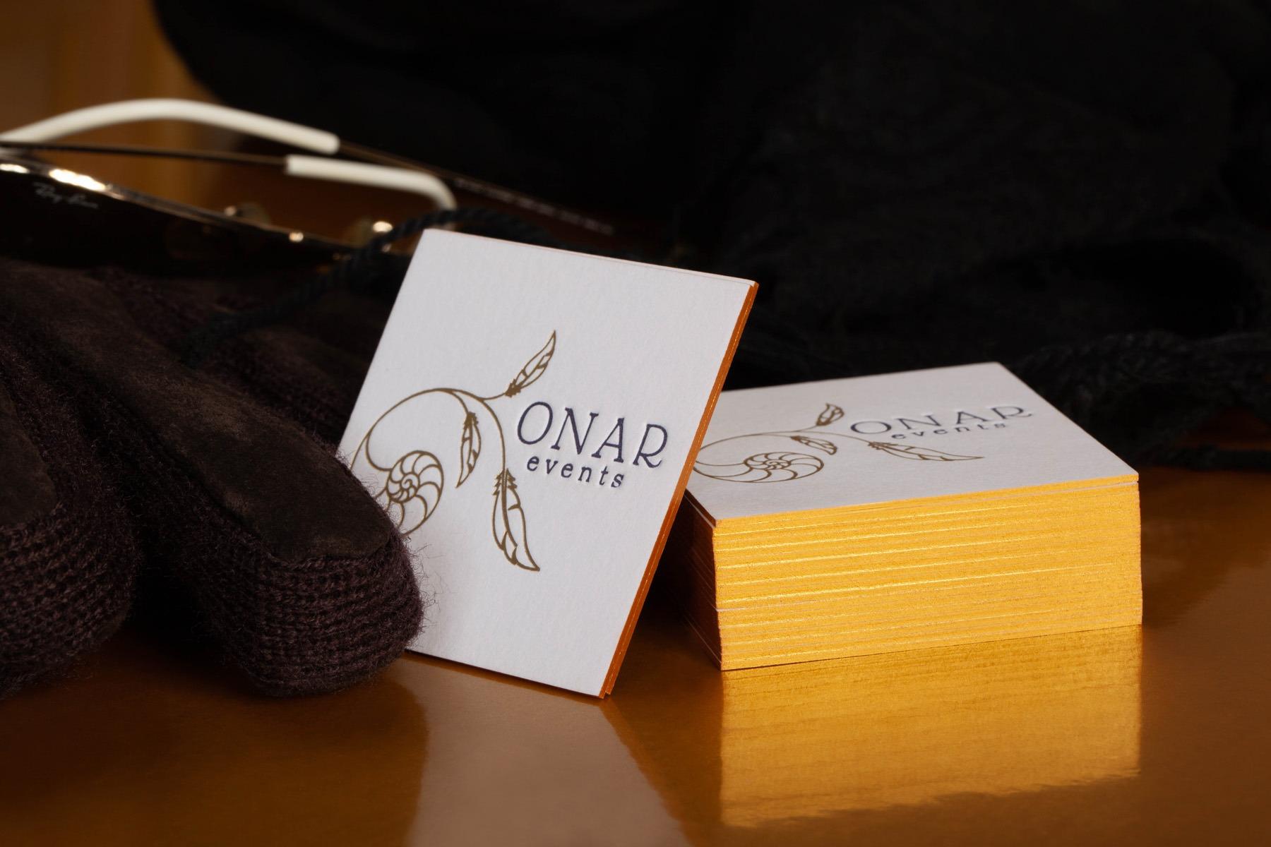 Επαγγελματικές κάρτες με letterpress και χρυσοτυπία για το κατάστημα ONAR