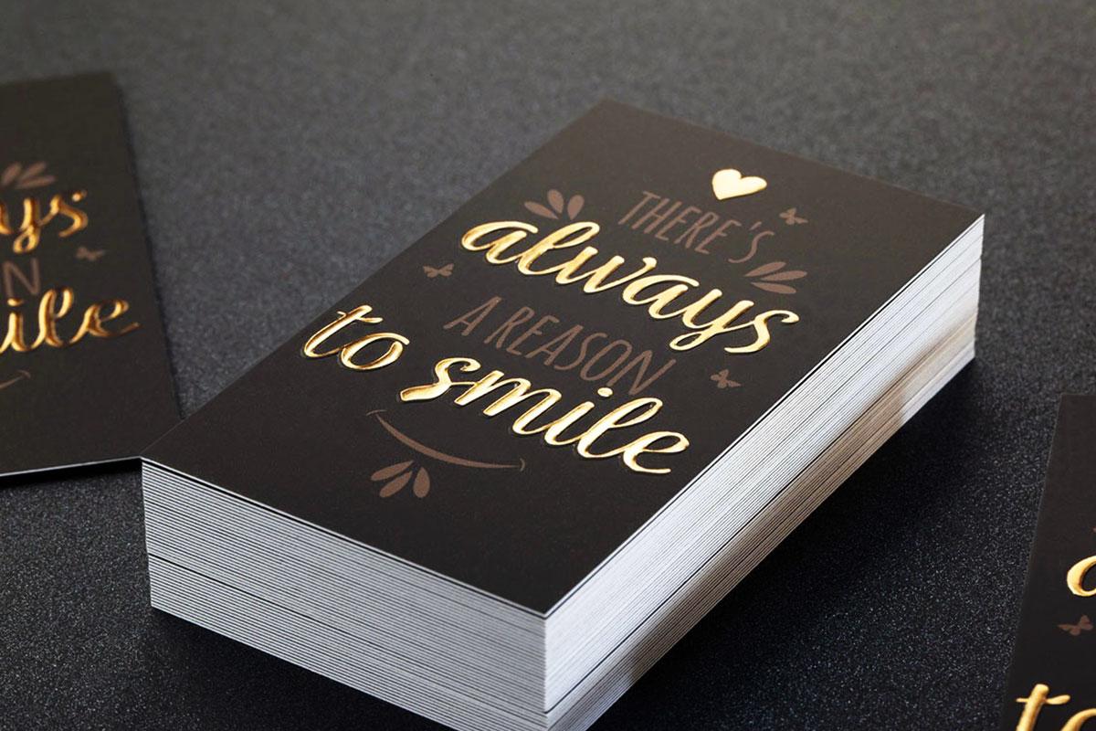 Επαγγελματική κάρτα με χρυσοτυπία που αναφέρει πάνω ένα ευχάριστο μήνυμα.