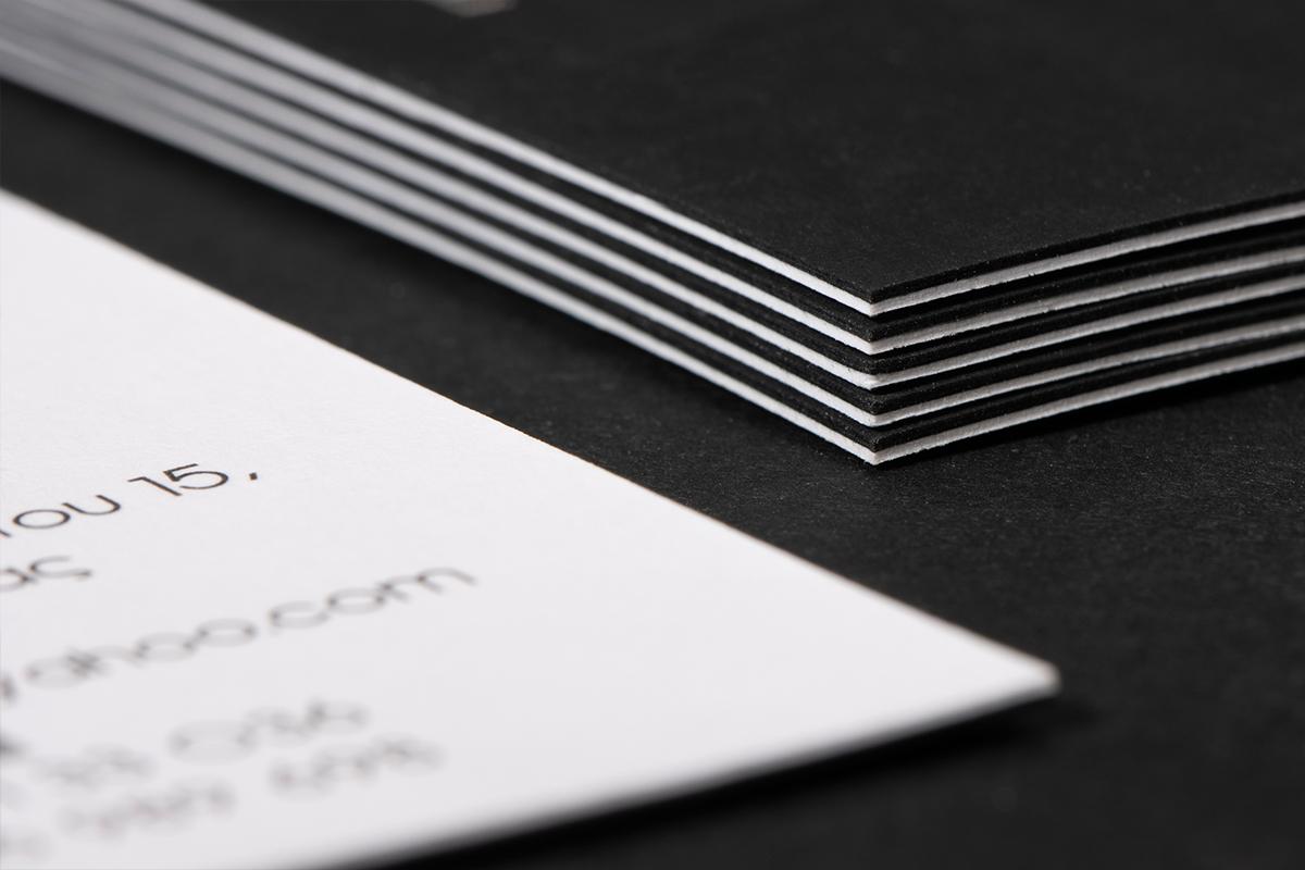 Επαγγελματική κάρτα στην οποία φαίνεται το λαμινάρισμα των δυο χαρτιών (λευκό και μαύρο).