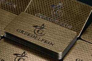 Επαγγελματικές κάρτες πολυτελείας με χρυσοτυπία και στρογγυλεμένες γωνίες.